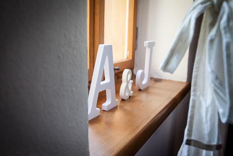 Iniciály A & J,