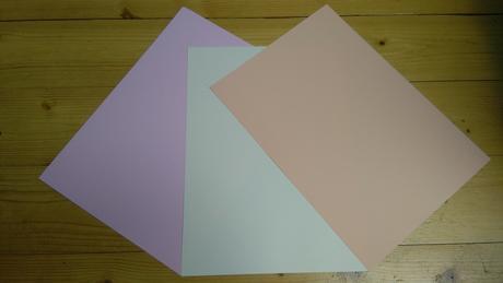Světle růžový tvrdý papír,