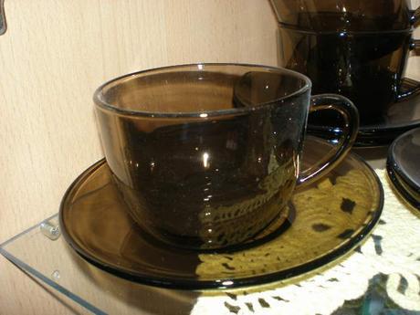 čajové šálky a malý podnos z francúzkeho skla,