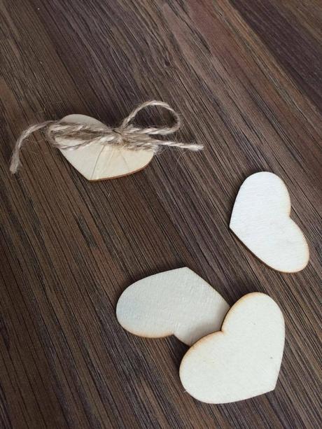 Dřevená srdíčka -dekorace na stůl/kniha hostů,