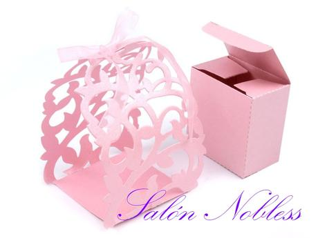 Bílá a růžová dárková krabička s krajkovým obalem ,