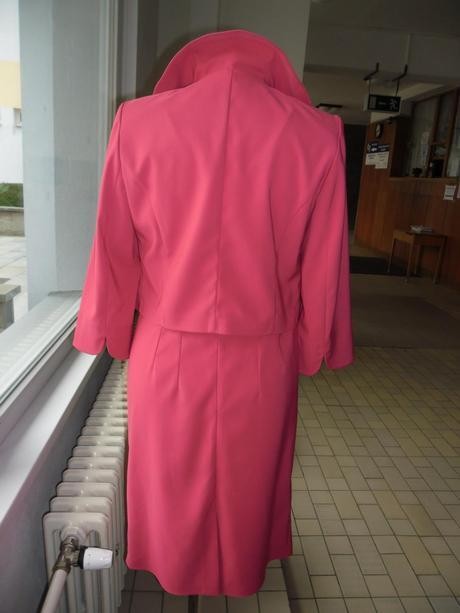 Kostýmek pro maminku  v malinové barvě, 32