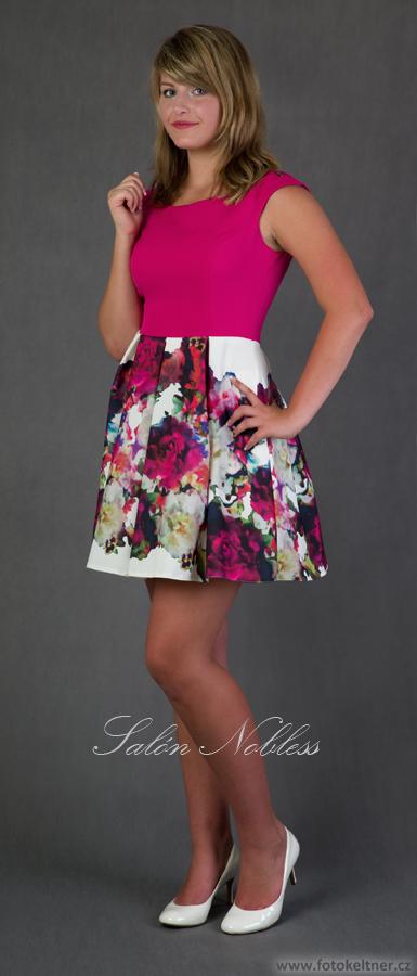 Krátké šaty s květovanou kolovou sukní bcb03f5c559