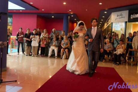 Luxusní svatební šaty ze zlatavého hedvábn. taftu, 36