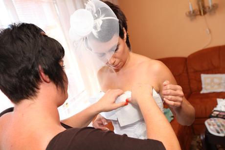svatební  závoj - čelenka v bílé barvě,