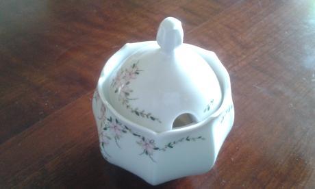porcelanovy cajnik,  dve salky a cukornicka,