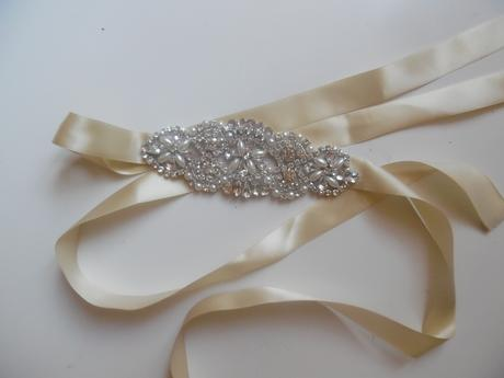 Třpytivý pásek ke svatebním šatům,