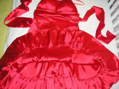 Červené saténové šaty, M