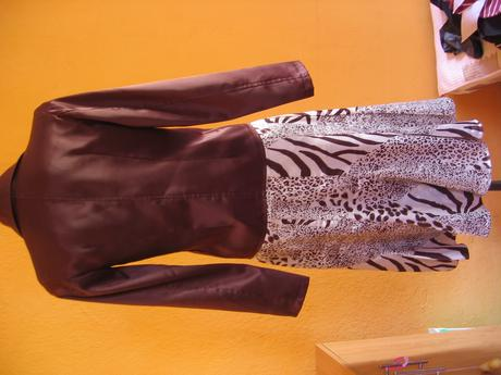 hnedo-zlaty leskly kostym so zvieracim vzorom, S