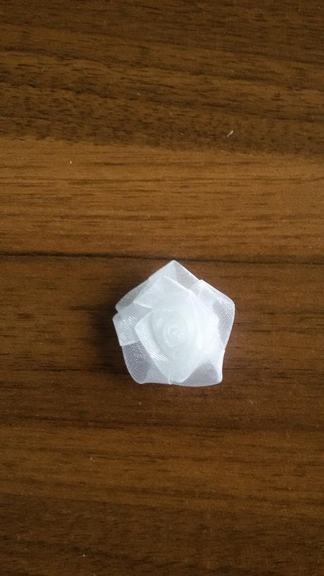 Bílá monofilová kytička,