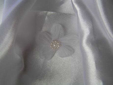 Bílá organzová kytička,