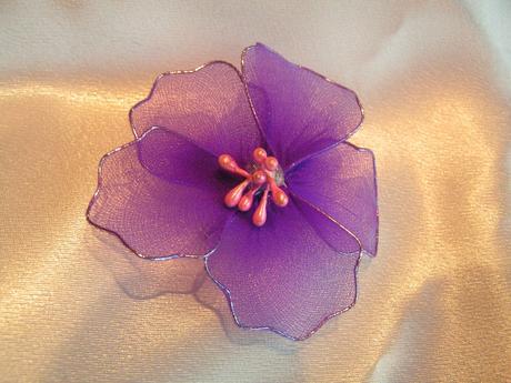 Fialové květy na zavíracím špendlíku,