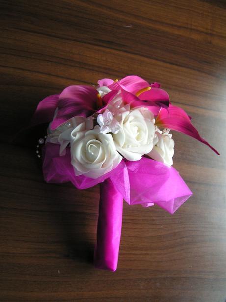 Kytice z pěnových růží a umělých kal,