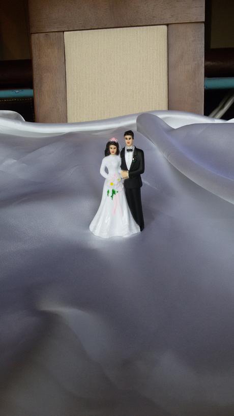 Malá figurka nevěsty a ženicha,