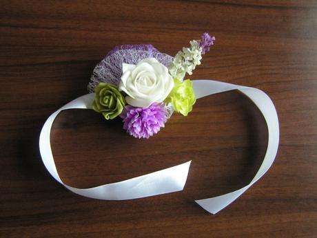 Náramek z umělých květin,