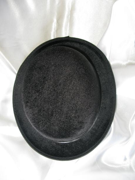 Pevná černá velurová buřinka,