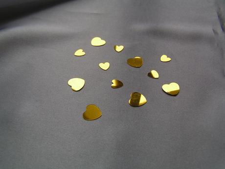 Pevná srdíčka zlaté barvy,