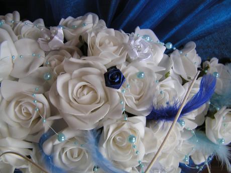 Podlouhlá kytice z pěnových růží,