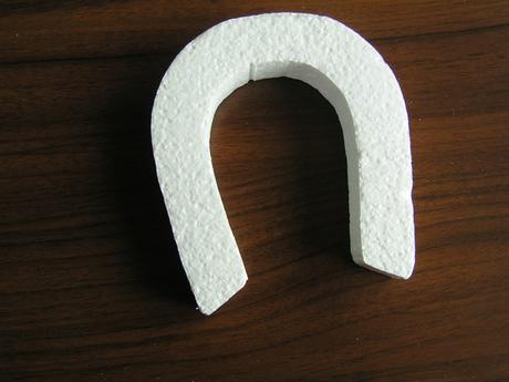 Polystyrenová podkova cca 14 x 11,5 cm,