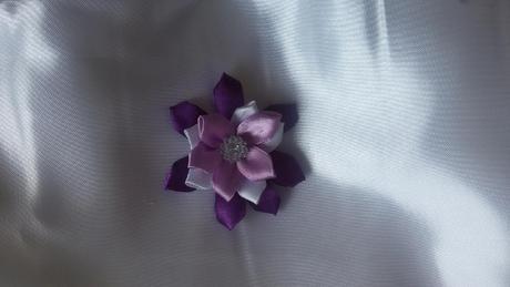 Saténová květinka,
