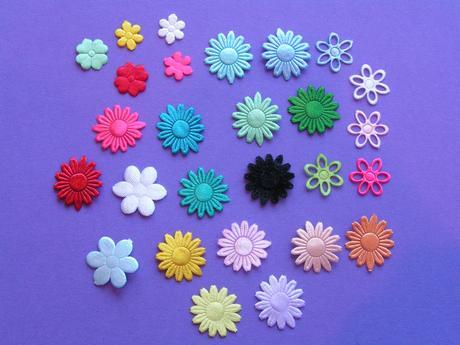 Saténová pompadůrka s květinkami různých barev,