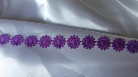 Tmavě fialové saténové kytičky,