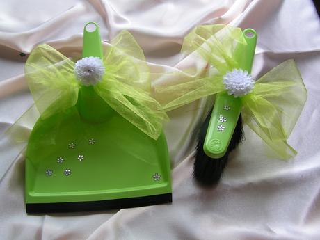 Zelená lopatka se smetáčkem,