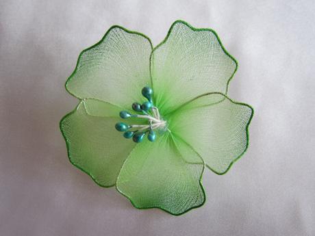 Zelenkavé květy na zavíracím špendlíku,