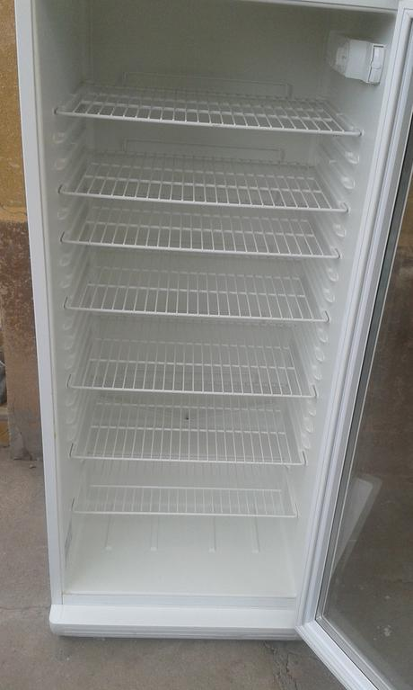 Chladnička so sklenenymi dverami,