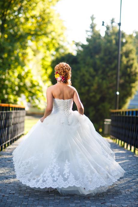 svadobné šaty s vlečkou a ozdobným krajom 36-38, 36