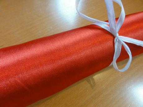 Lesklý červený satén 36 cm - středový pás na stůl,