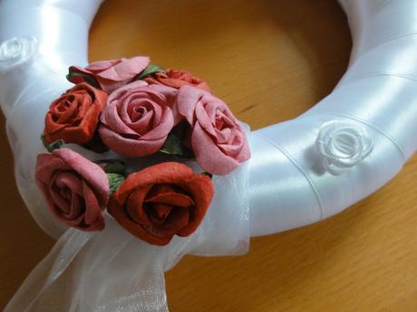 Svatební věnec s růžičkami a perličkami 22cm,