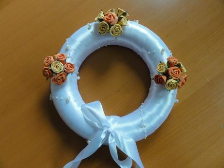 Svatební věnec s růžičkami a perličkami 28 cm,