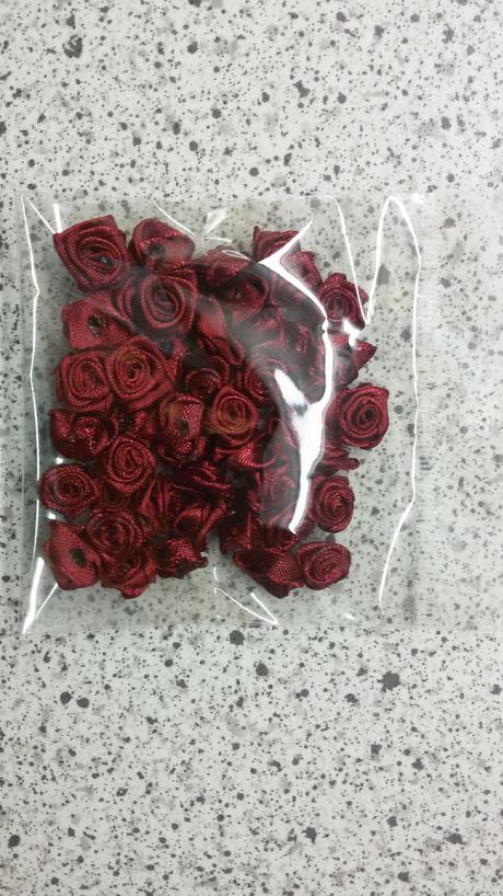 Svatební dekorace - lesklé saténové růžičky ,