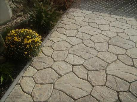Betonová dlažba v imitaci kamene,