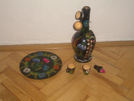 Karafa s pohárikmi drevená maľovaná,