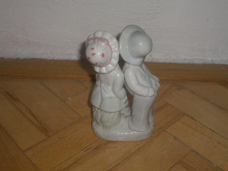 Porcelanova socha chlapec a dievča,
