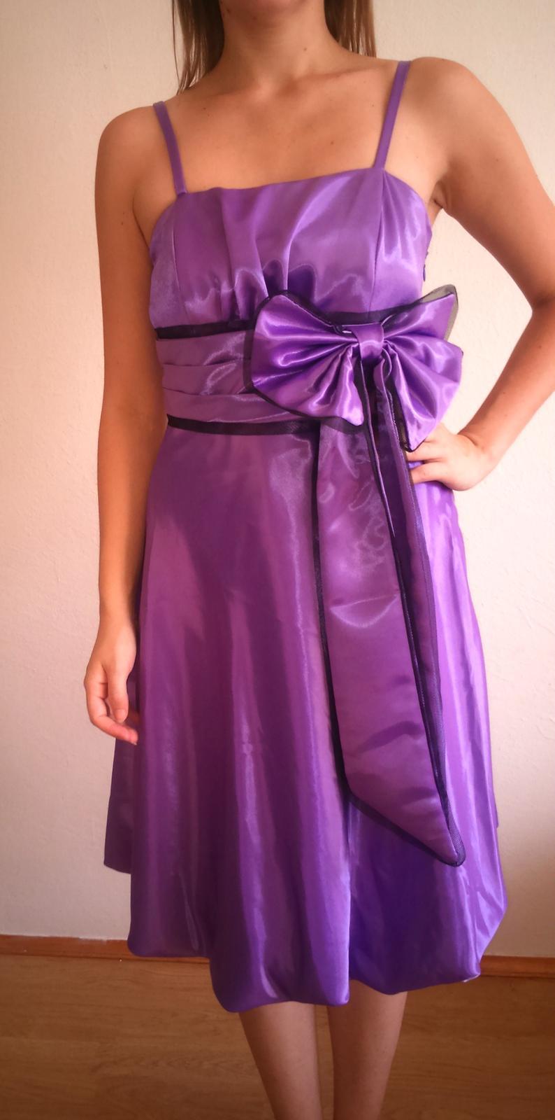822efea9d812 Fialové šaty s mašľou