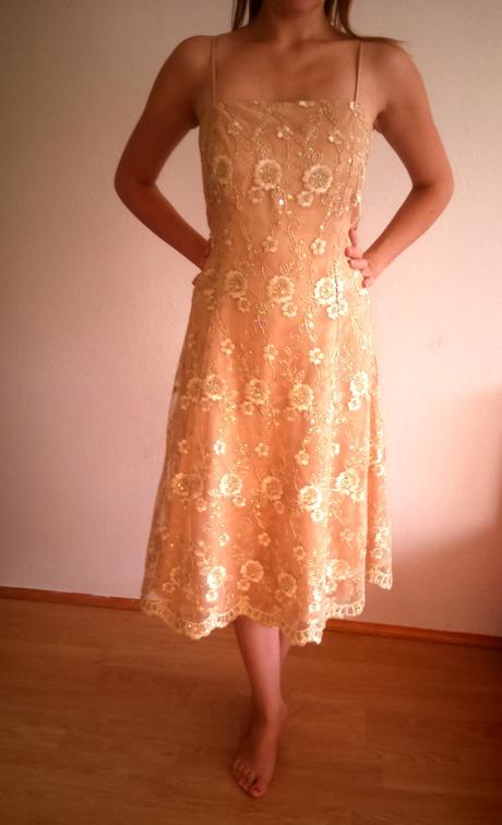 Trblietavé zlaté šaty, 44