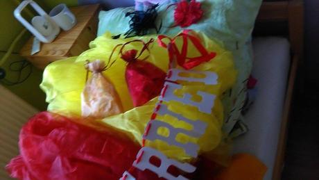 zbytek dekorací z kombinace červená-žlutá,