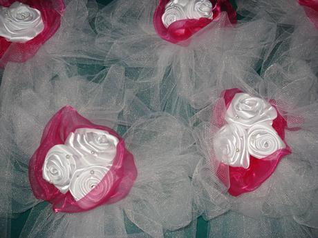 fuchsiové mašle s růžičkami,