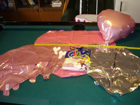 velké i malé balonky bílé a růžové,