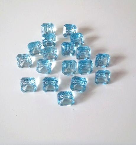 17 ks modrých kameňov-diamantov,