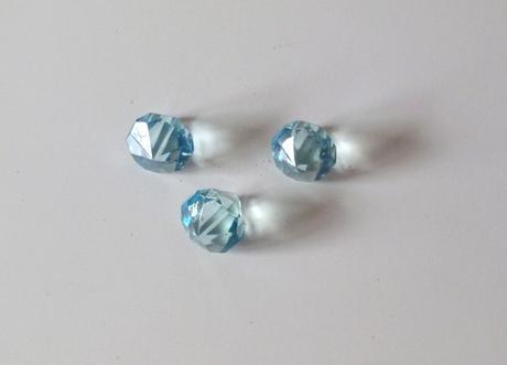 3 veľké sklenené diamanty,