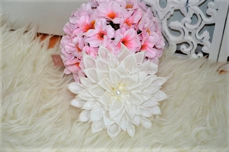 biela spona na záves v tvare kvetu,