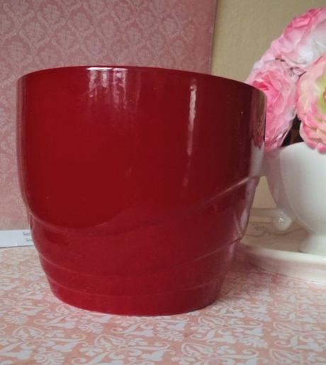červený keramický kvetináč,