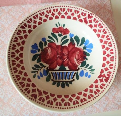 červený keramický tanier-závesný,
