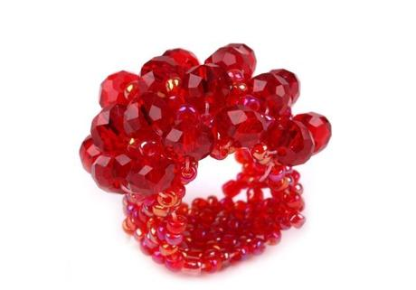 červený korálkový prsteň,
