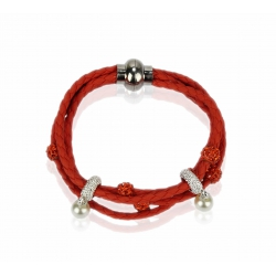červený náramok s perličkami,