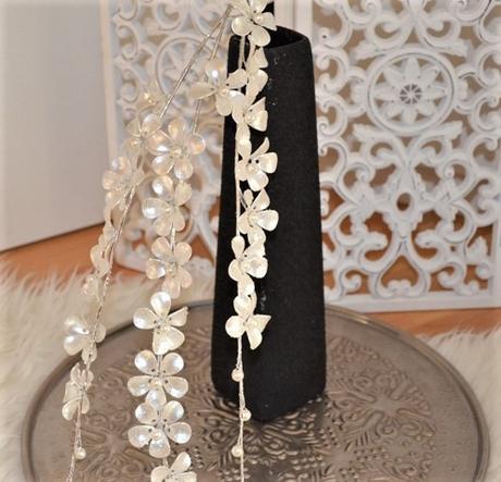 čierna zaujímavá váza,